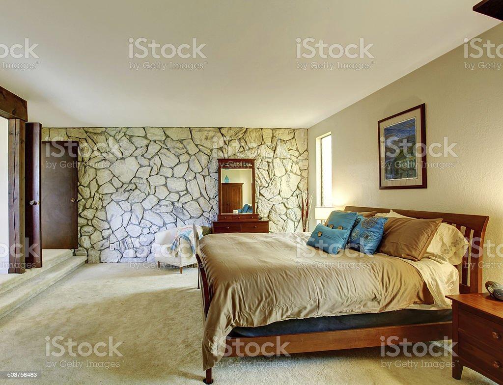 Schöne Schlafzimmer Interieur Mit Stein Mauer Stockfoto und ...