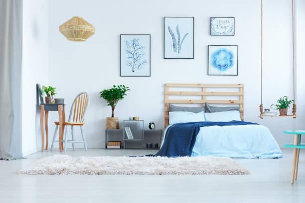 schönes schlafzimmer mit frisiertisch - marineblau schlafzimmer stock-fotos und bilder