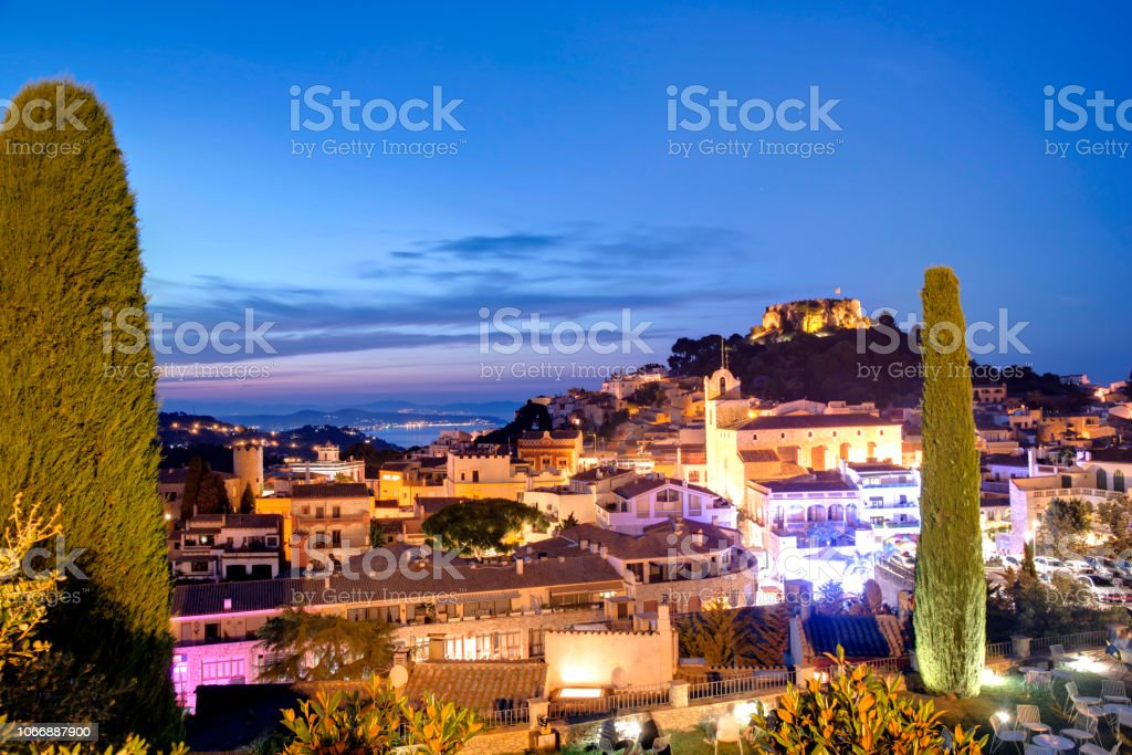 Begur hermosa por la noche, Coata Brava, Cataluña, España - foto de stock