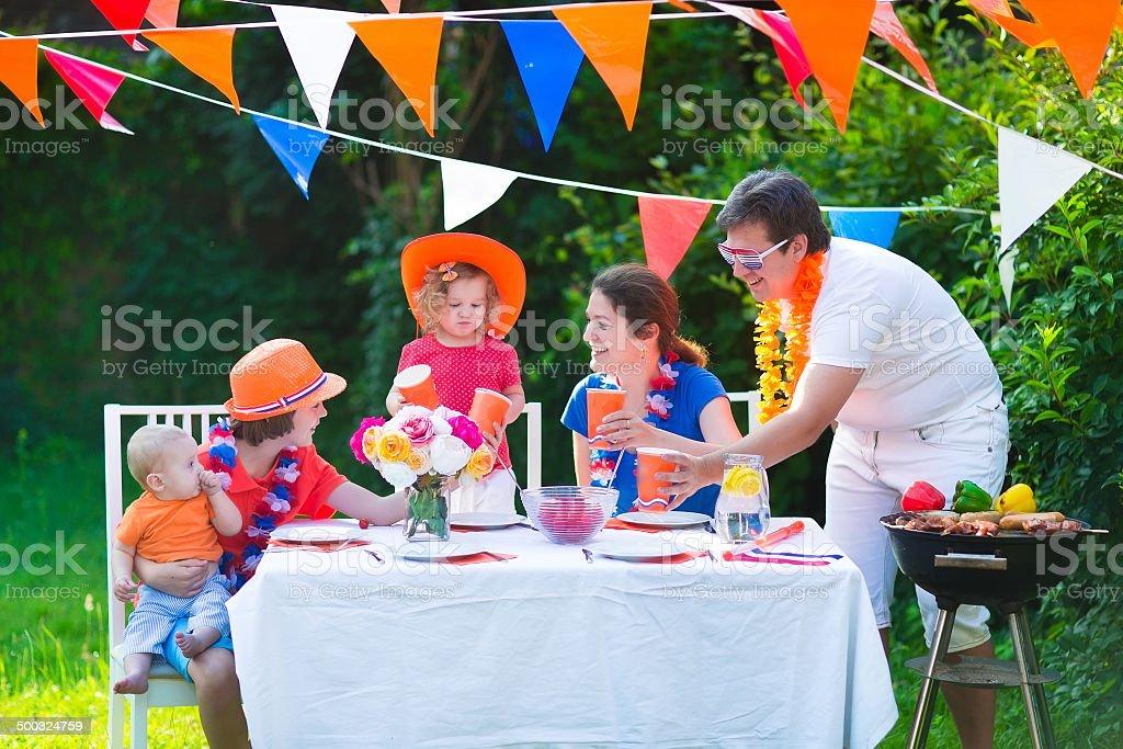 Belle grande famille néerlandaise a grill fête - Photo