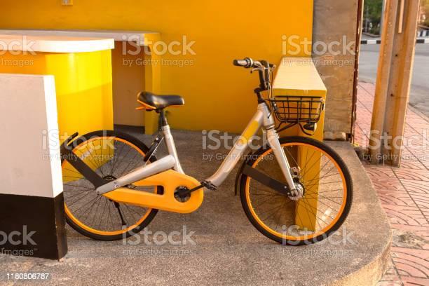 Beautiful bike Leaning against the wall Yellow tone