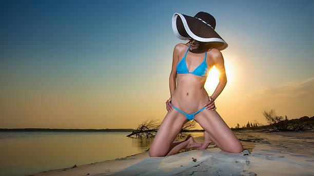 Schöner bikini babe bei Sonnenuntergang – Foto