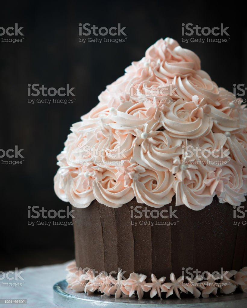 Schöne Kuchen Geburtstagskuchen Mit Rose Creme Dekoration Auf Rustikalen  Holztisch Lizenzfreies Stock Foto