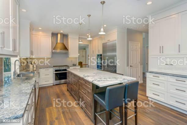 Beautiful black and white kitchen design picture id905319822?b=1&k=6&m=905319822&s=612x612&h=knm7bhyxzetogya5aiilv 7wztuy1atnjgytr1wov2o=