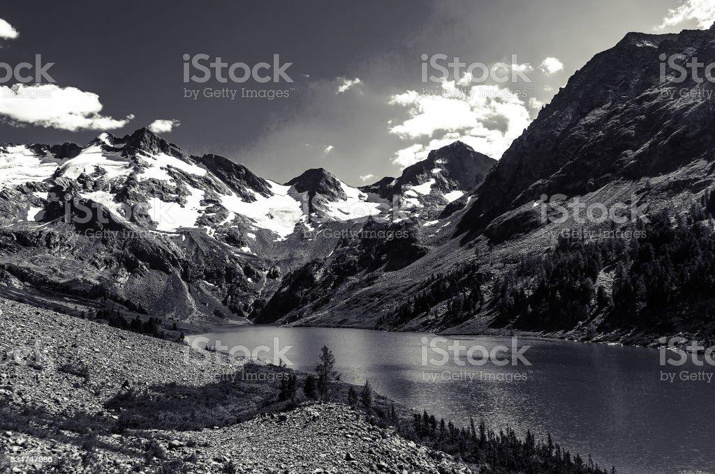 Fotografía De Hermoso Paisaje Blanco Y Negro Y Altas Montañas