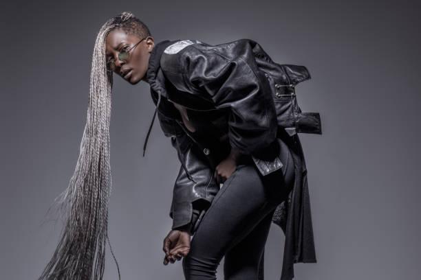 Schöne schwarze dreadlocked Frau in Studio-Einstellung – Foto