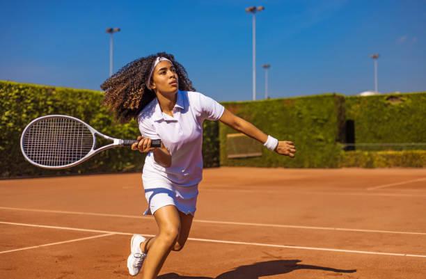 una hermosa tenista negra en la cancha - tenis fotografías e imágenes de stock