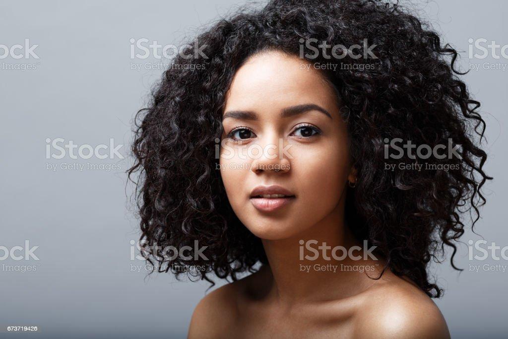 Belle femme aux cheveux noire, regardant la caméra, studio shot photo libre de droits
