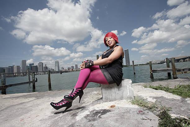 schöne schwarze frau by the bay - damen leggings übergrößen stock-fotos und bilder