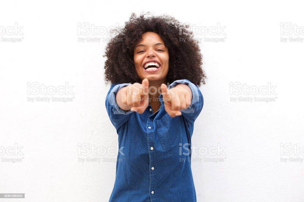 Belle femme noire pointer du doigt et en riant - Photo