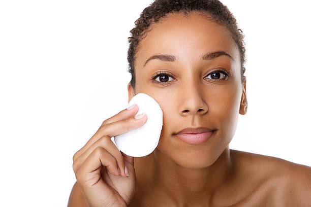 belle femme noire maquillage suppression - démaquillant photos et images de collection