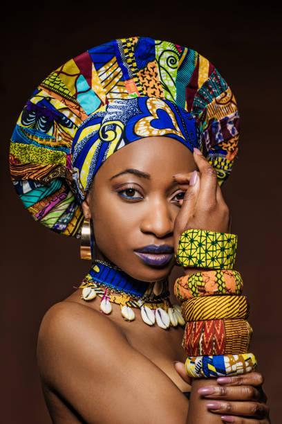 Schöne schwarze Frau trägt afrikanischen Schmuck und Headress – Foto
