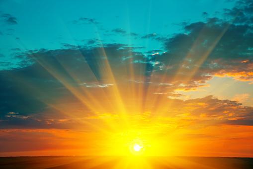 Güzel Günbatımı Manzara Üstündeki Çayır Ve Turuncu Gökyüzü Üzerinde Yanan Arka Plan Olarak Inanılmaz Yaz Güneş Doğuyor Stok Fotoğraflar & Aydınlatma Ürünleri'nin Daha Fazla Resimleri