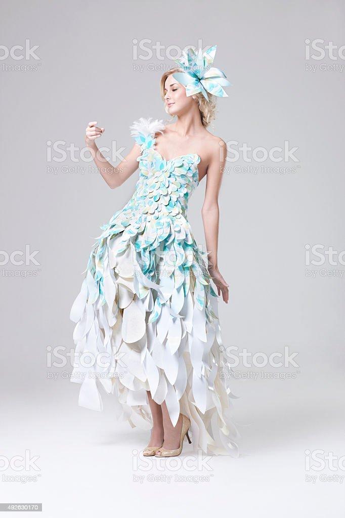 Linda Loira Modelo De Moda Em Papel Vestido De Costura - Stock Foto ...