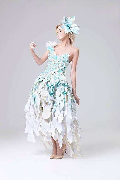 wunderschöne blonde model in papier couture-kleid - eco bastelarbeiten stock-fotos und bilder