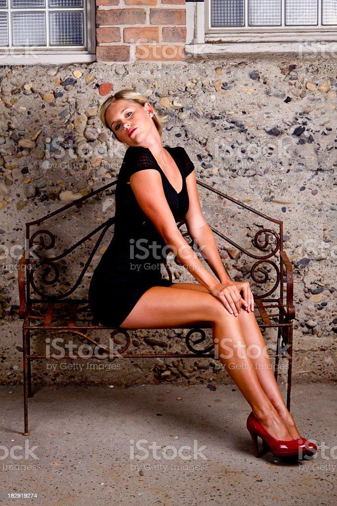 Блондинка на высоких шпильках, чулках