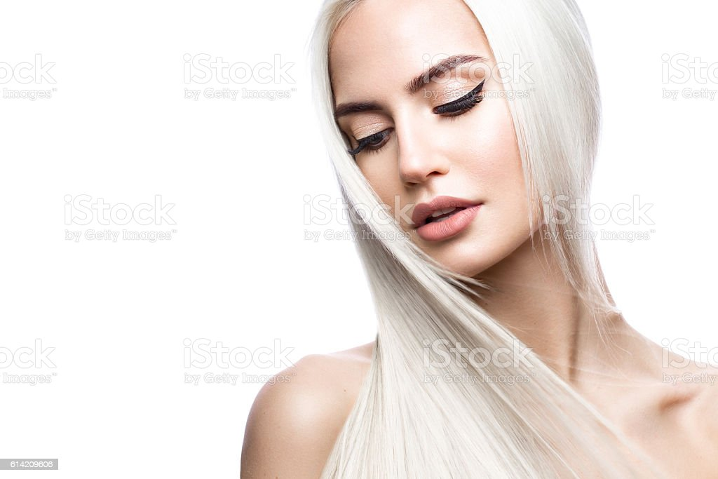 Beautiful blond girl in move with a perfectly smooth hair - foto de stock