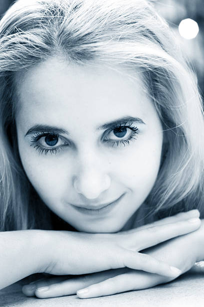 schönes blondes mädchen - natürliche make up kurse stock-fotos und bilder