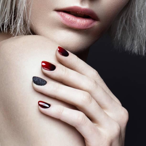 schöne blonde mädchen mit dunklen rauchigen make-up und kunst maniküre design nägel. schönheit gesicht. - gelnägel stock-fotos und bilder