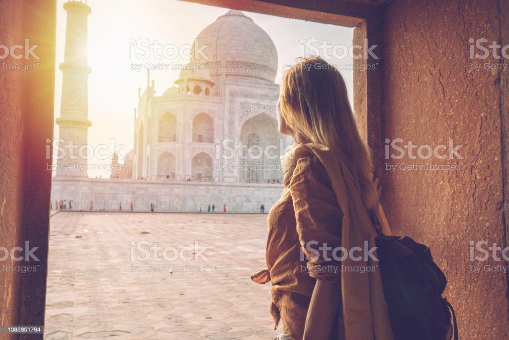 Schöne blonde Haare Mädchen betrachten Sonnenaufgang am Taj Mahal in Indien – Foto