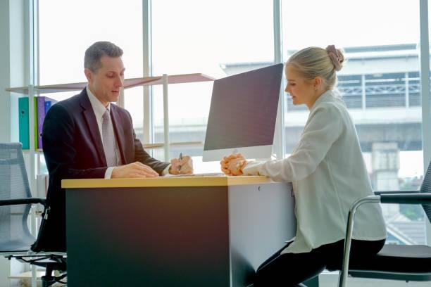 schöne blonde haare mädchen sprechen mit dem geschäftsmann für job-interview - feedback stock-fotos und bilder