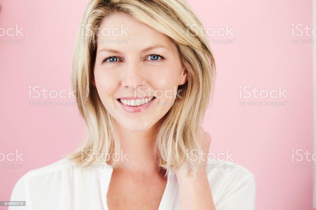 Belle blonde sur rose - Photo
