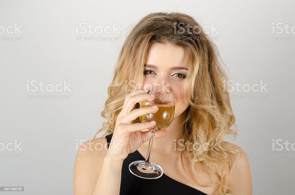 Resultado de imagem para loira bebendo vinho branco