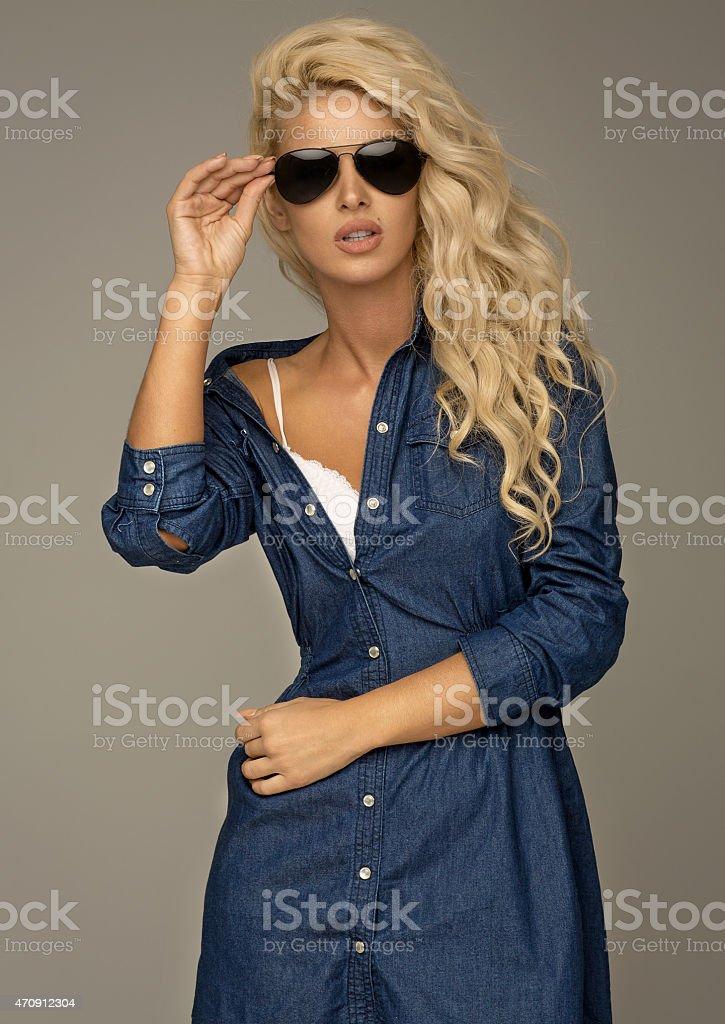 Hermosa mujer rubia usando gafas de sol foto de stock libre de derechos