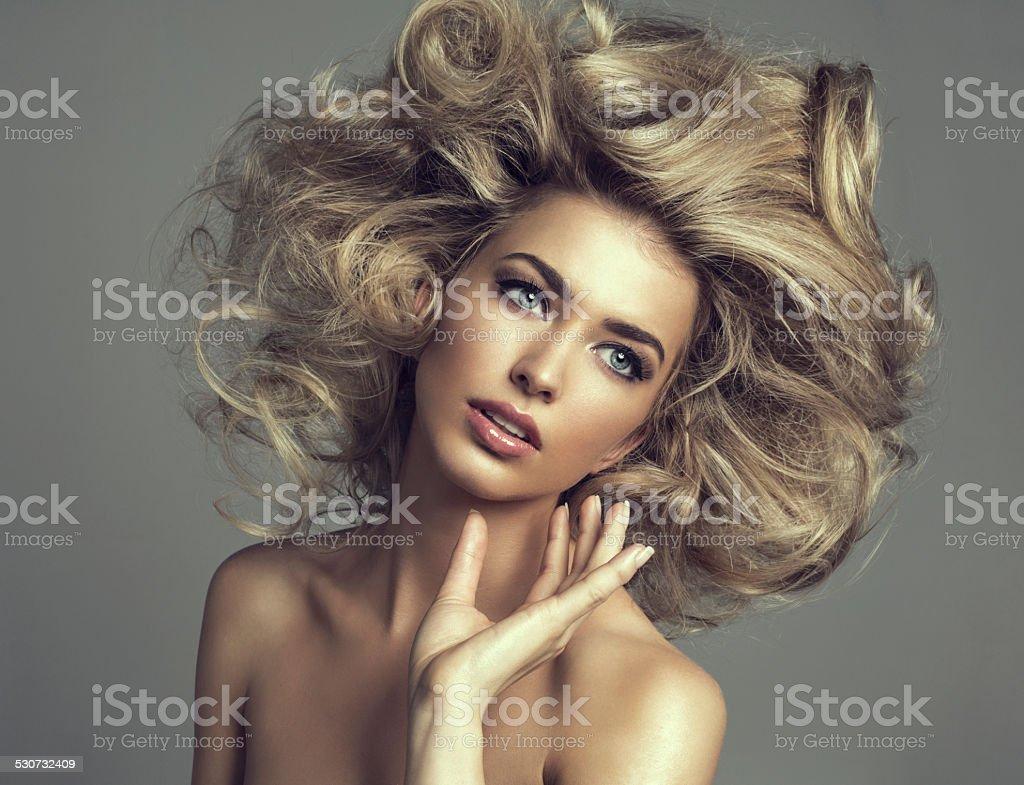 Hermosa rubia mujer con el pelo rizado largo - foto de stock