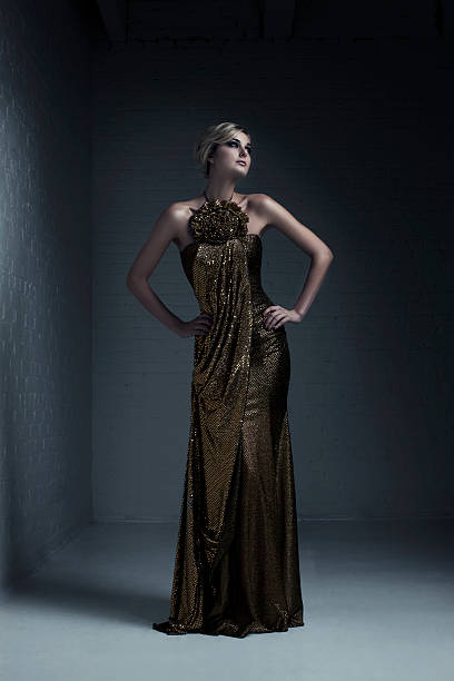 schönen blonden jungen frau mode model im abendkleid - damen top gold stock-fotos und bilder