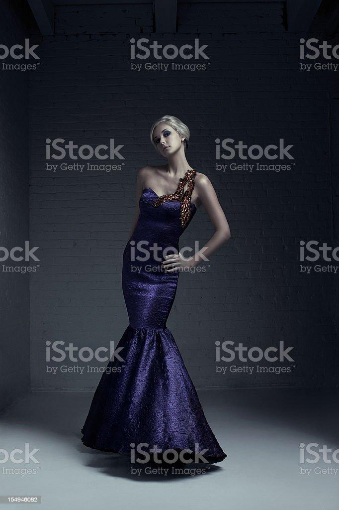 Schönen blonden jungen Frau Mode Model im Abendkleid – Foto