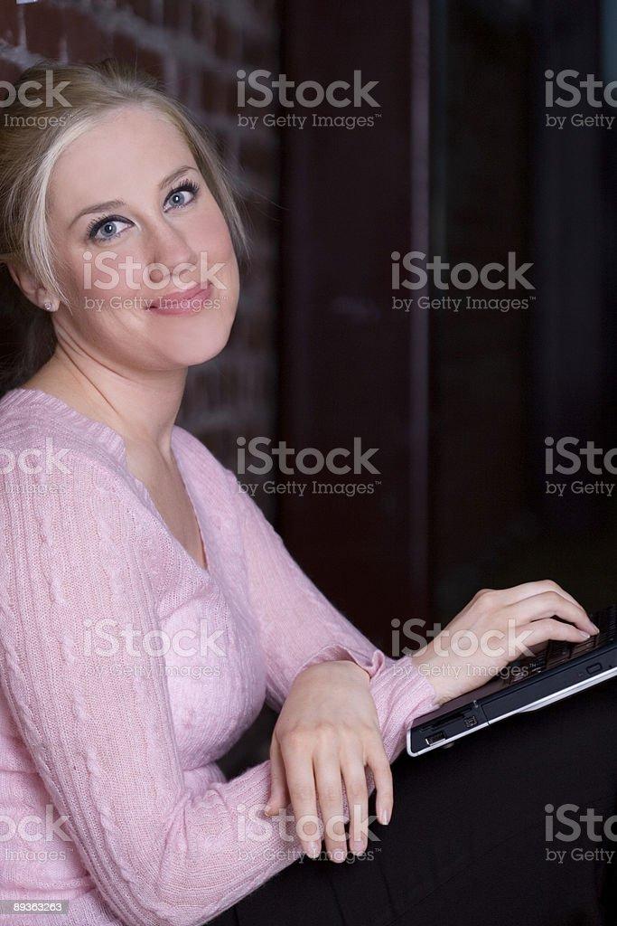 Beau Portrait de jeune femme blonde à l'aide d'un ordinateur portable, un espace de copie photo libre de droits