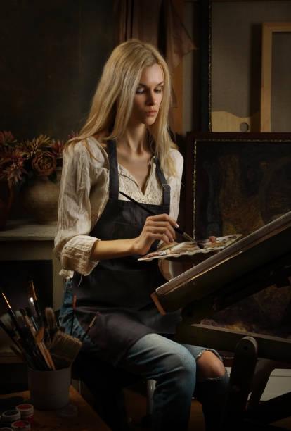 Schöne blonde Mädchen Künstler malt ein Ölgemälde in Künstleratelier – Foto