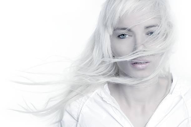 Belle blonde fille fashion vent cheveux longs sur blanc - Photo