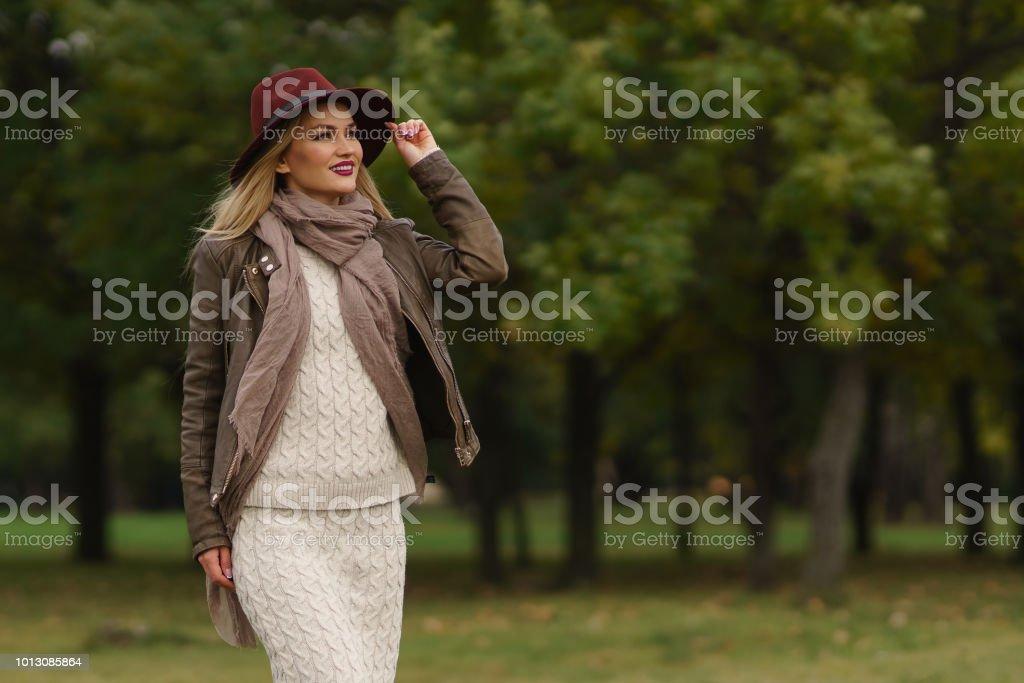 schöne blonde Mädchen im park – Foto