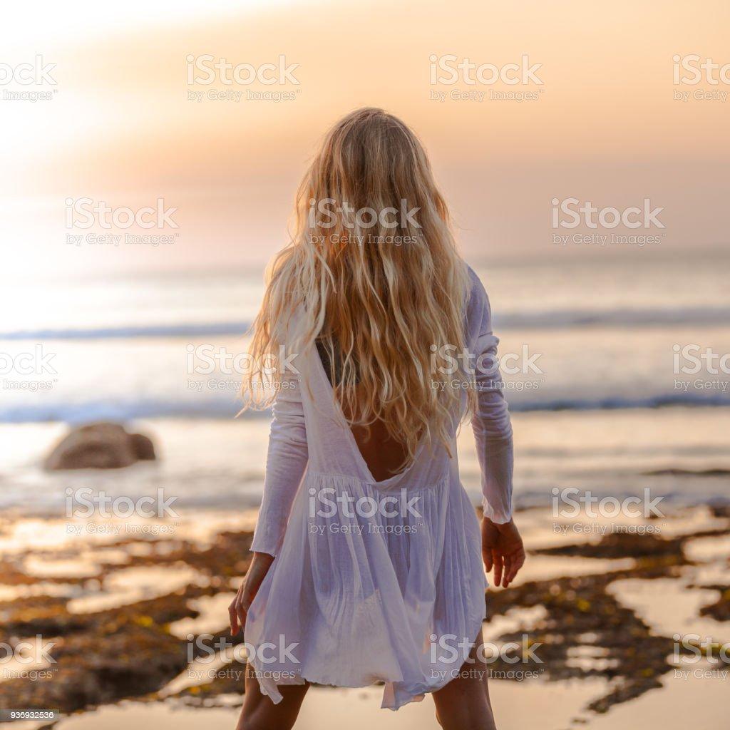 Schöne blonde Mädchen mit langen Haaren kurz weiß Kleid tanzen bei Sonnenuntergang – Foto