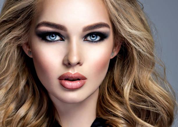 Schöne blonde Mädchen mit Make-up im Stil Smokey Eyes. – Foto