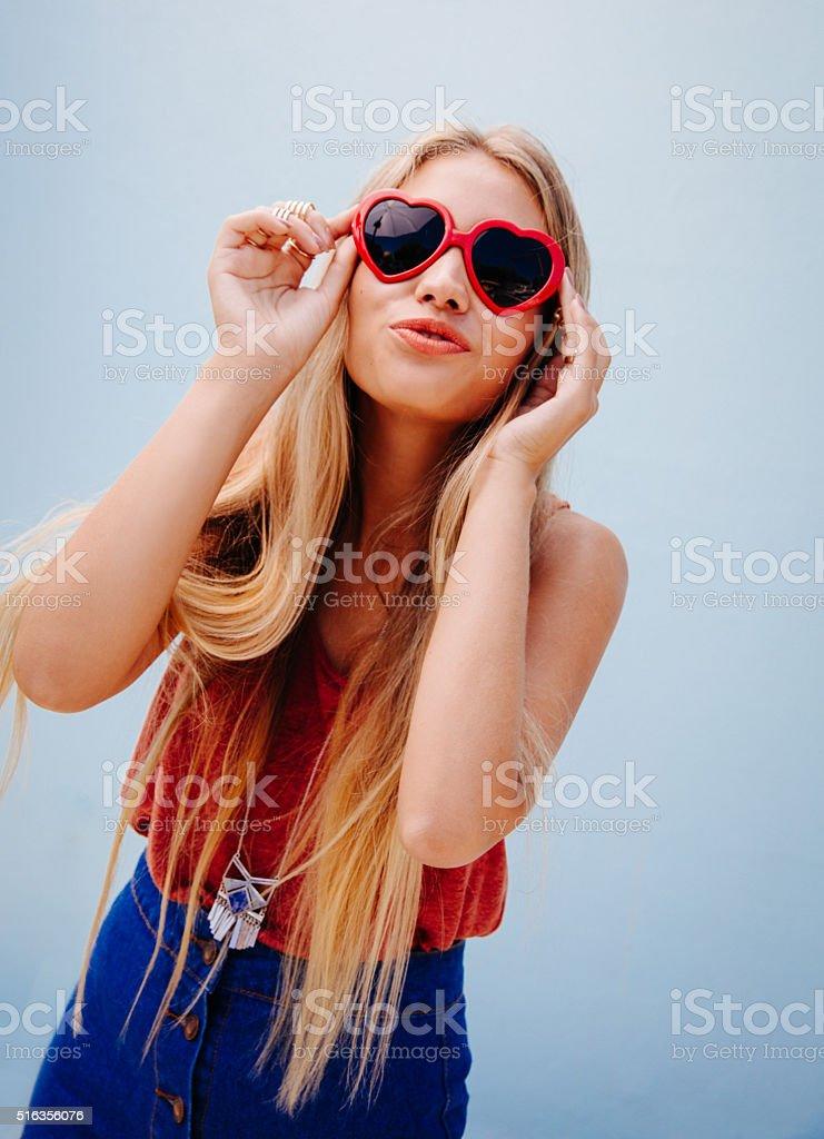 vasta selezione di 68b91 485a6 Bellissimo Biondo Ragazza Con Occhiali Da Sole Labbra Rosso ...