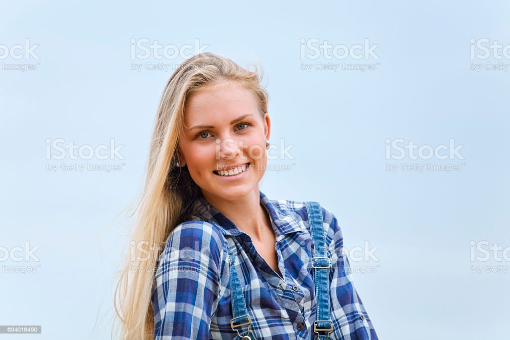 Belle blonde en maillot bleu contre ciel bleu - Photo
