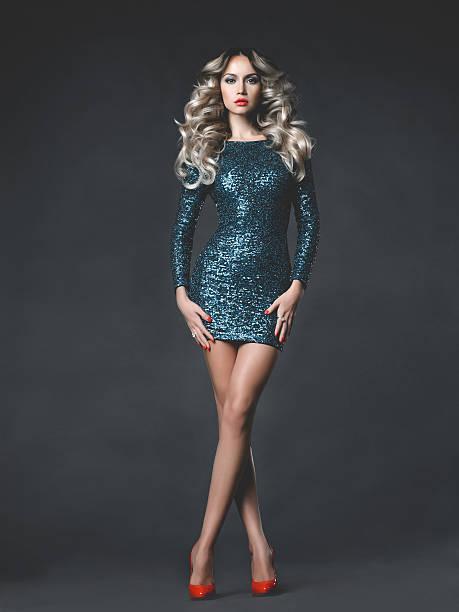 schöne blonde in paillettenbesetztes kleid - bein make up stock-fotos und bilder