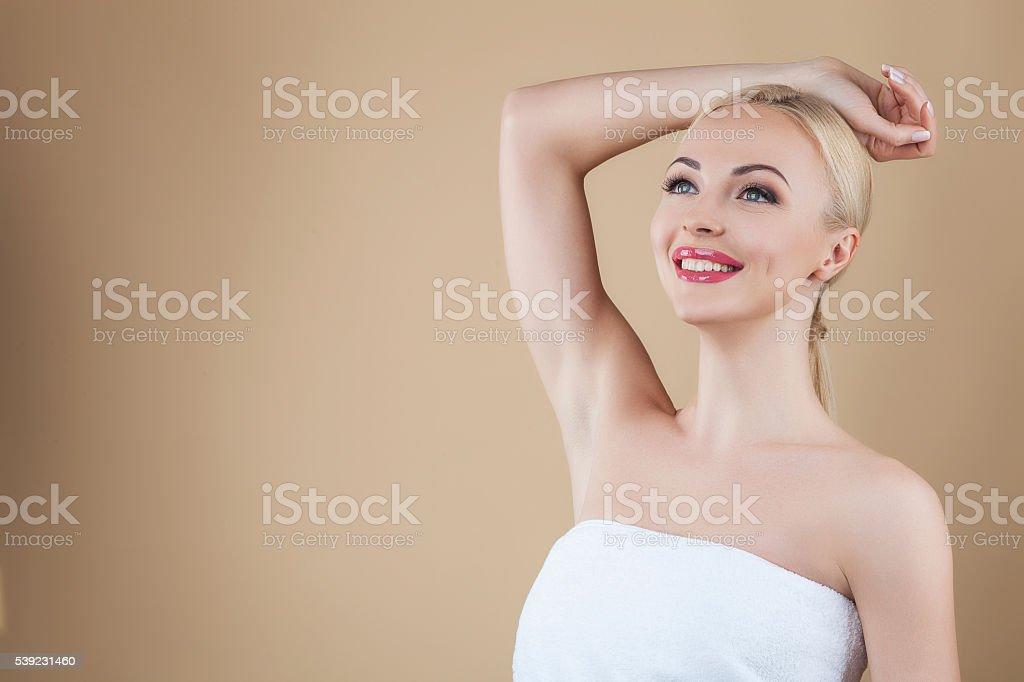 Hermosa rubia aislado sobre fondo marrón foto de stock libre de derechos