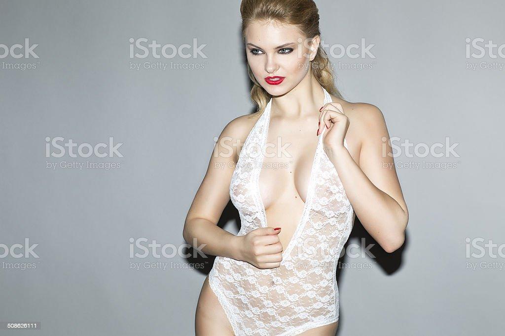 Hermosa rubia modelo en blanco bodystocking un estudio de uso - foto de stock
