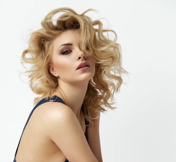 mooie blonde - blond curly hair stockfoto's en -beelden