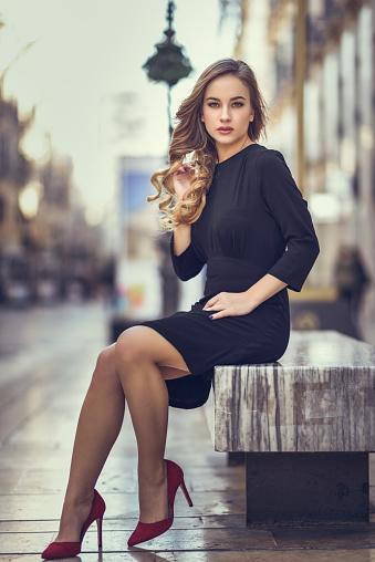Schöne Blonde Russin Im Städtischen Hintergrund Stockfoto