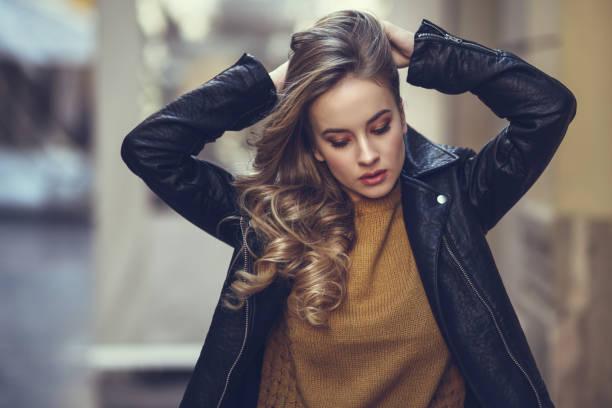schöne blonde russin im städtischen hintergrund - damenjacken stock-fotos und bilder