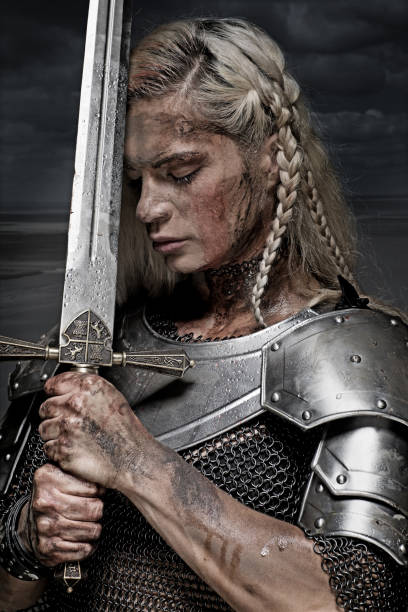 beautiful blonde sword wielding viking warrior female - indumento corazzato foto e immagini stock