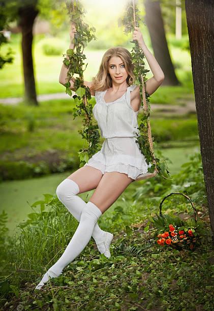 Wunderschöne blonde mit weißen kurzen Kleid mit Garten Schaukel – Foto