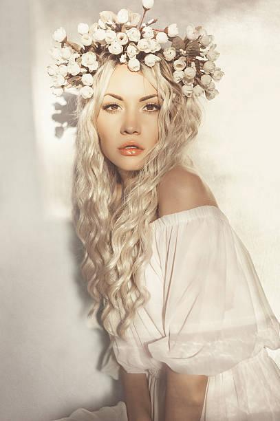 wunderschöne blonde mit kranz aus blumen - soup_studio stock-fotos und bilder