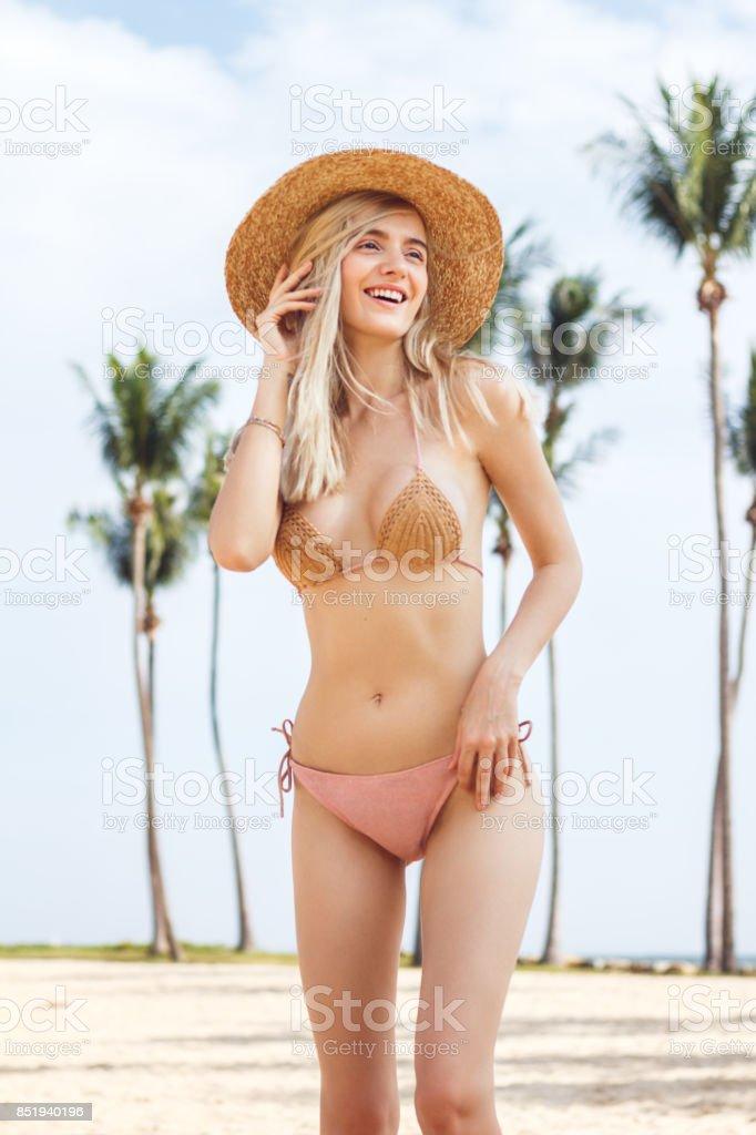 e1a6c8517 Hermosa Mujer Rubia En Bikini Amarillo Foto de stock y más banco de ...