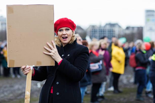 Schöne blonde Frau protestieren – Foto